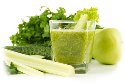 зеленый коктейль в блендере
